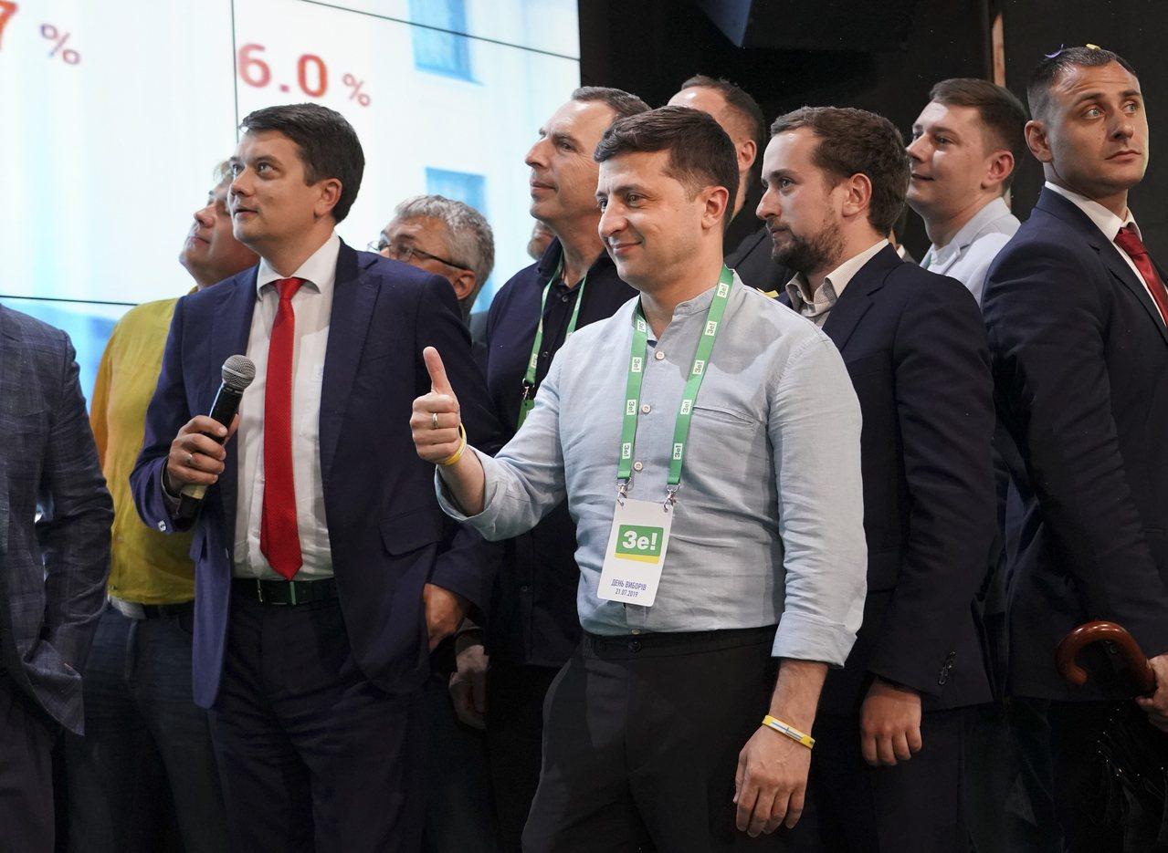 澤倫斯基需要烏克蘭國會的支持,勝利的政黨或聯盟將組成政府並提名總理。圖/Evge...