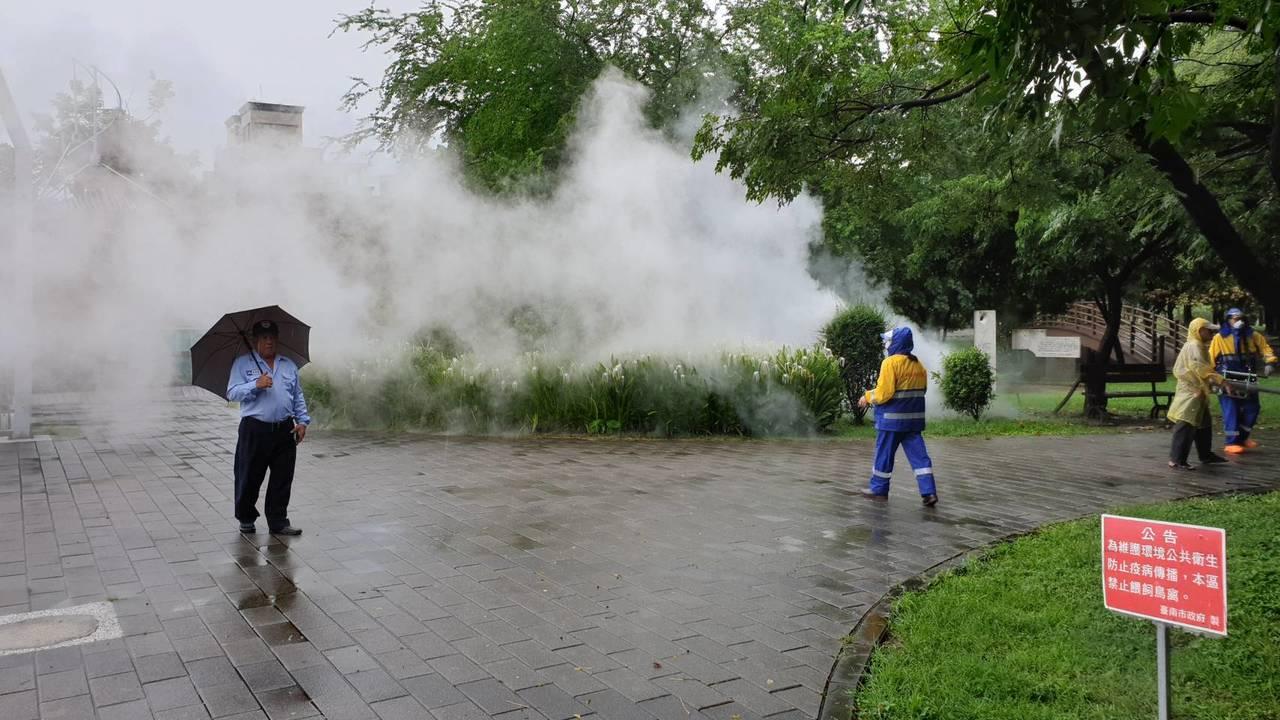 台南市登革熱防疫人員上午進行東區巴克禮公園噴藥防治,公園並將從即日起封閉兩周。圖...