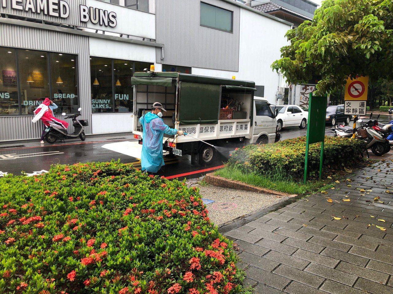 台南市登革熱防疫人員上午進行東區崇明里內社區公園噴藥防治。圖/衛生局提供