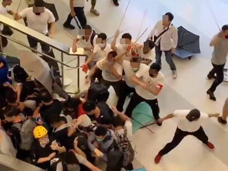 香港昨天入夜後,元朗地區出現大批白衣人向示威者毆打施暴。取自星島網