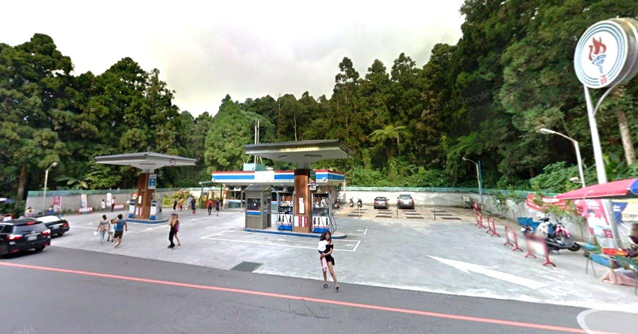 中油溪頭加油站由於晚間不營業,最近有民眾檢舉加油站成為露營車的免費停車場。記者黑...