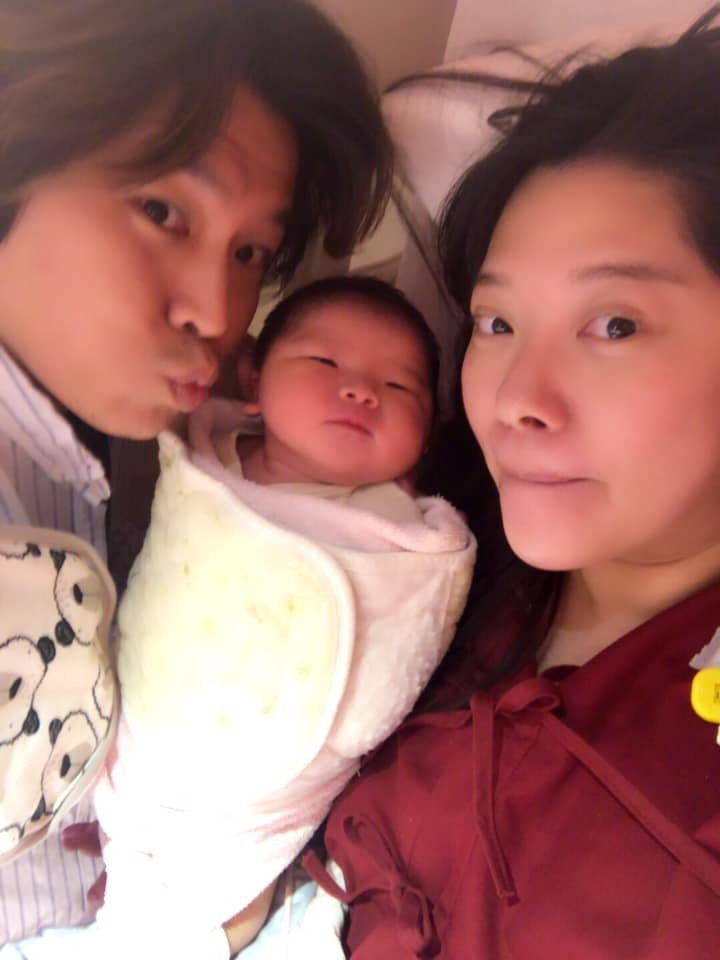 阿弟(左)和老婆Mei喜獲麟兒。圖/摘自臉書