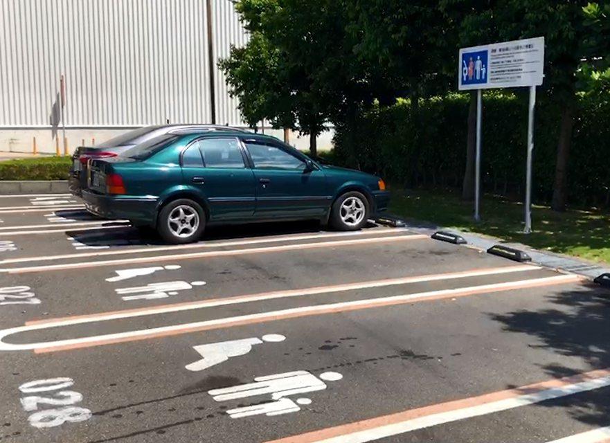 桃園市蘆竹區好市多停車場(見圖),爆發一名無婦幼證的男子違規停專用停車格,與載小...