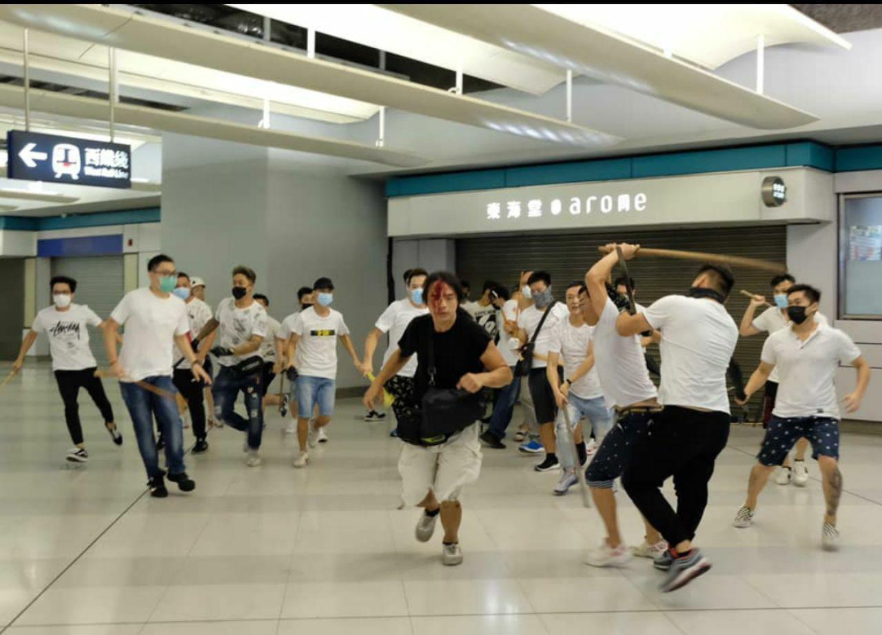香港元朗地區在21日反送中遊行後,有大批白衣人士聚集,2兩度進入西鐵站襲擊穿黑衣...