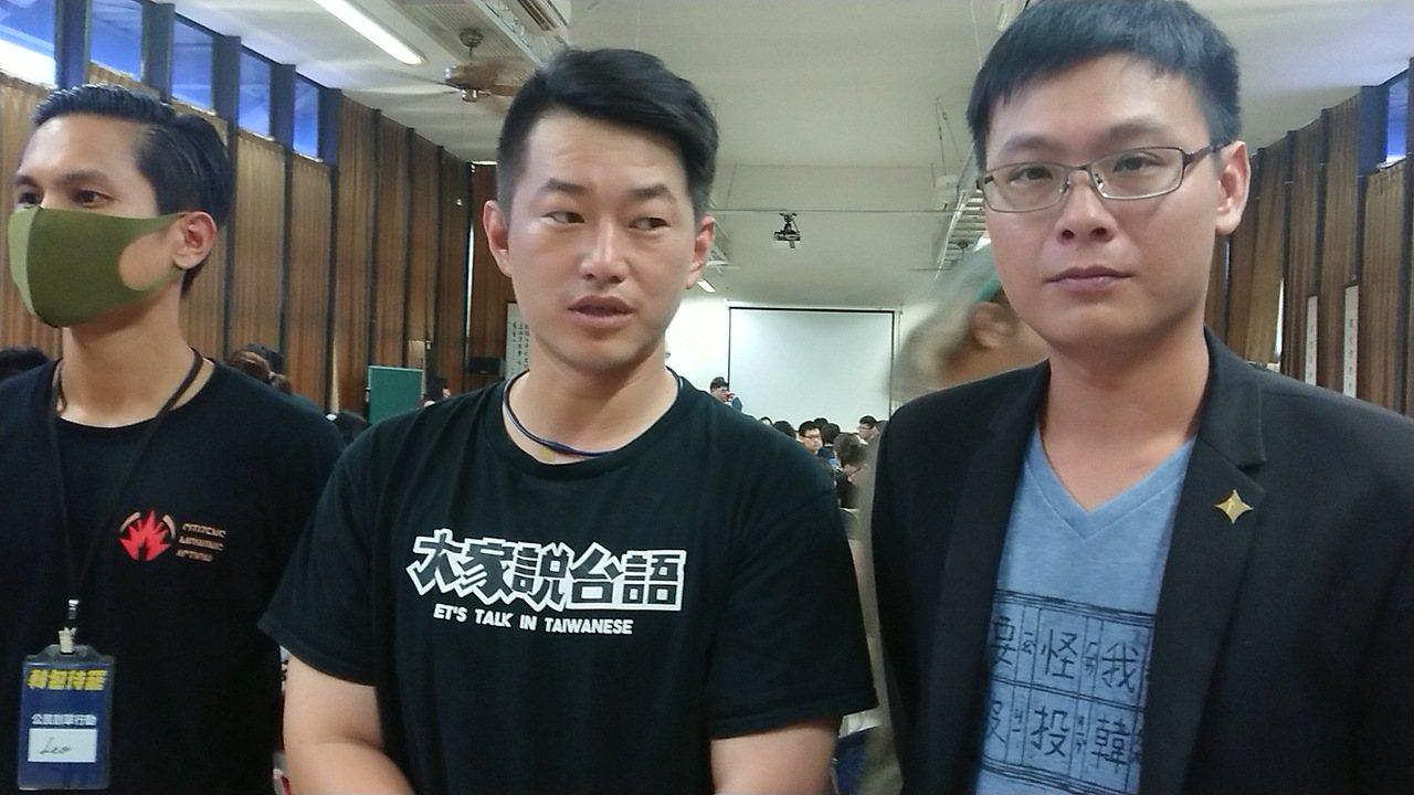 參與罷韓連署行動之一的台灣基進發言人陳柏惟(中)對於韓國瑜在專訪中嗆罷韓團體,不...