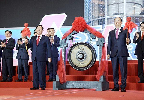 上海證券交易所科創板22日上午在上海市委書記李強(左)、中國證監會主席易會滿共同...