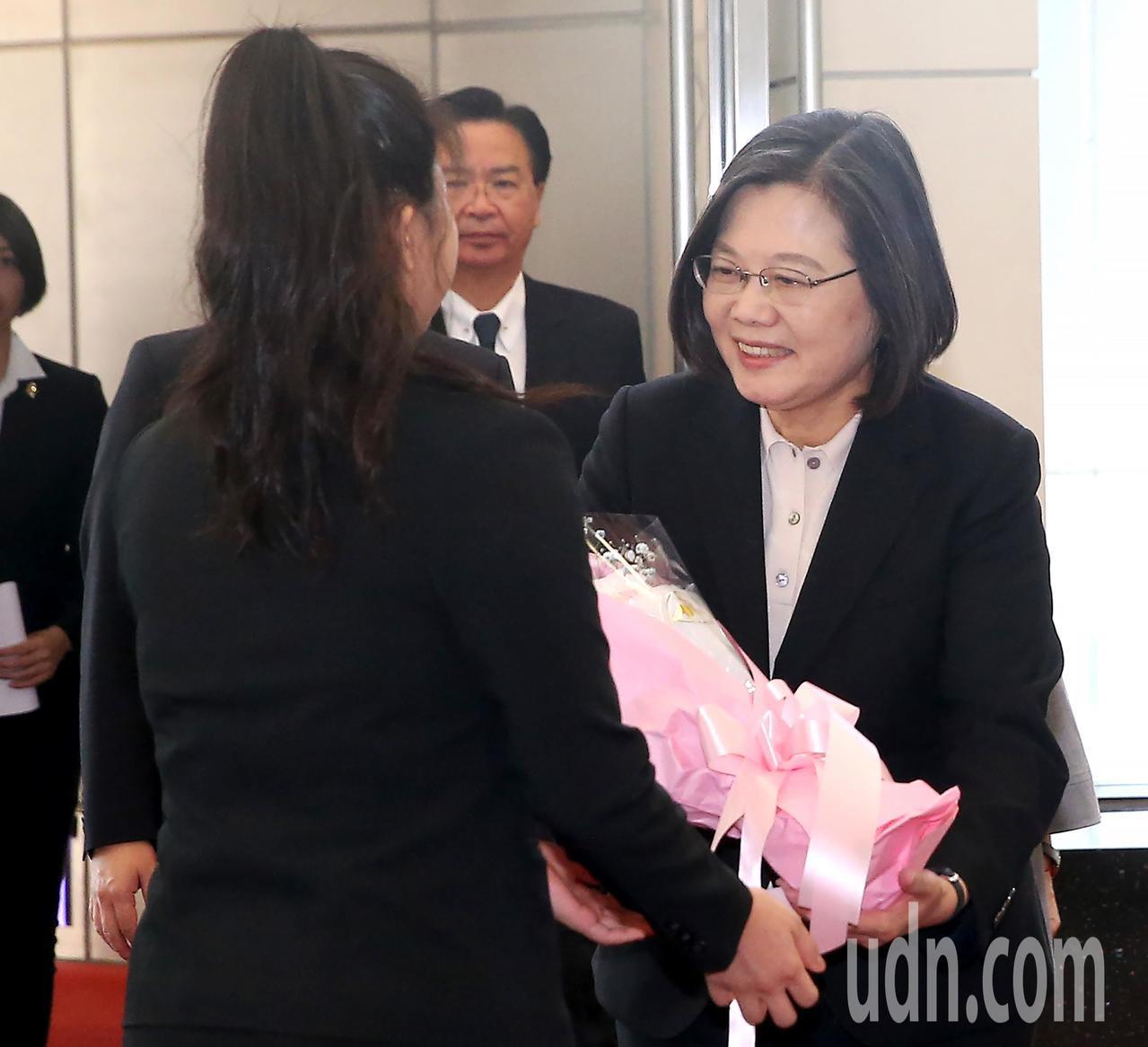 蔡英文總統結束12天出訪行程,返抵桃園機場,下機後接受獻花。 記者陳嘉寧/攝影