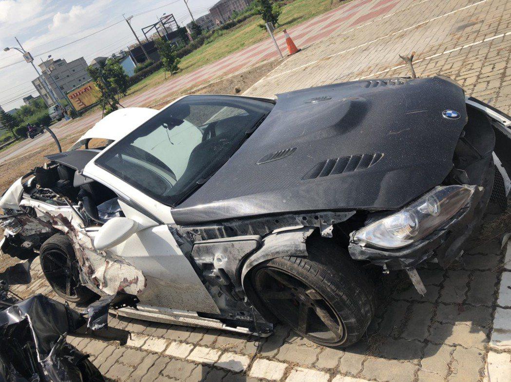 彰化縣伸港鄉濱二路21日凌晨多輛名車疑競速,造成二輛BMW汽車追撞成廢鐵,3人輕...