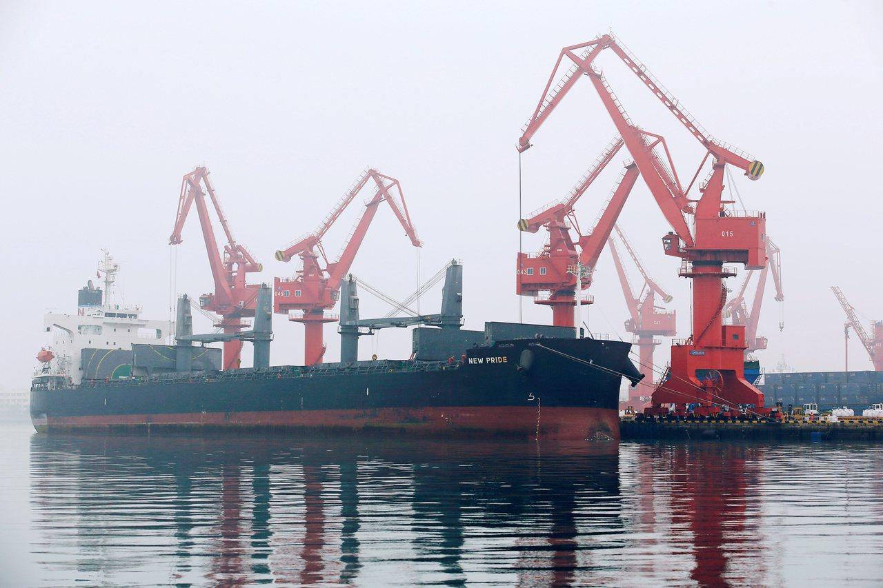 彭博資訊報導,伊朗雖遭制裁,仍設法讓油輪載運數百萬桶原油到中國的港口,卸至油罐後...