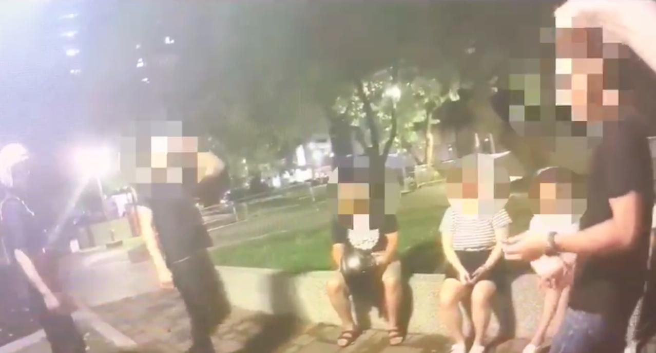 警方昨在永盛公園盤查疑似意圖滋事民眾。記者蕭雅娟/翻攝