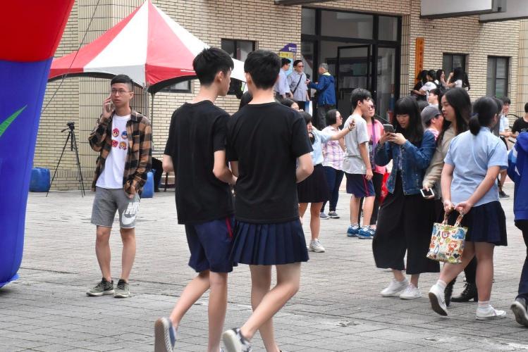 新北市板橋高中在校慶期間由學生會發起「板中男裙-裙聚效應」活動,引發各界討論。圖...