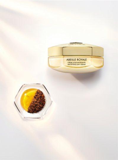嬌蘭皇家蜂王乳蜂膠平衡霜,讓油皮也能用,50ML/5,650元。圖/嬌蘭提供
