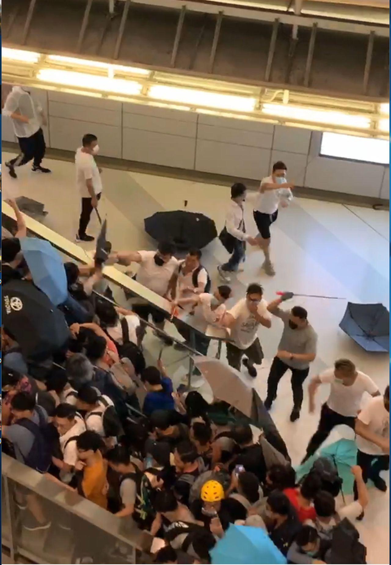 「白衣人」衝入地鐵站打人。取自星島網