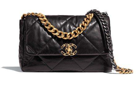 黑色菱格紋皮革CHANEL19包(中),16萬3,000元。圖/香奈兒提供
