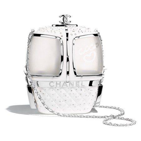 白色水晶鑲飾纜車造型硬殼包,72萬2,500元。圖/香奈兒提供