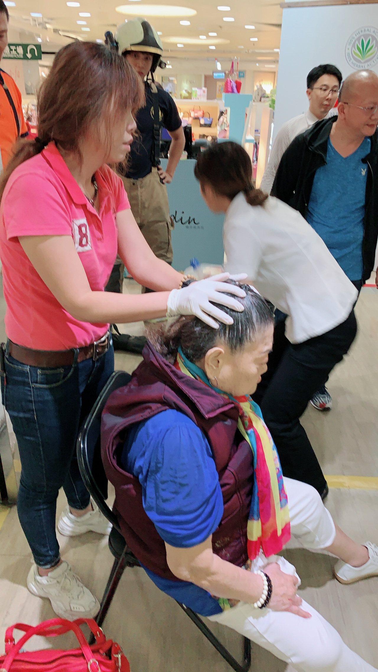 台南市80歲老婦人搭手扶梯時跌倒受傷。記者黃宣翰/翻攝