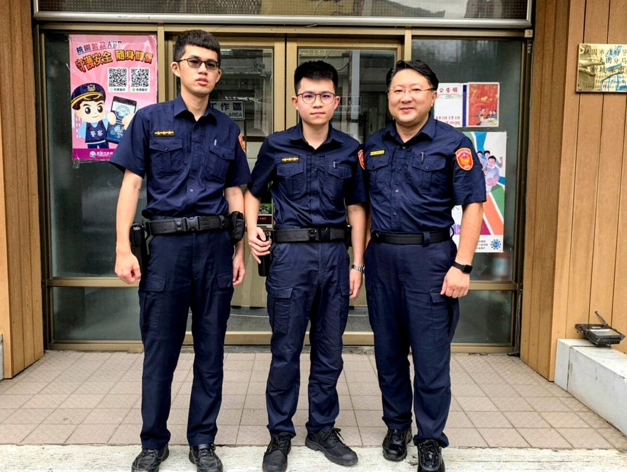 大園分局新坡派出所警員許哲瑋(左)、廖國榮(中)2人為警專同學及同事,相約讀書考...