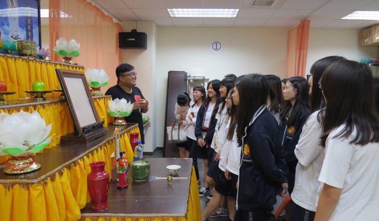 南華大學為文興高中學生介紹殯葬禮儀。 圖/聯合報教育事業部提供