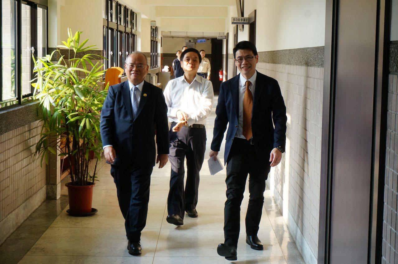 前檢察總長顏大和(左起)二度南下,與雄檢檢察長周章欽、襄閱葛光輝討論慶富詐貸案。...
