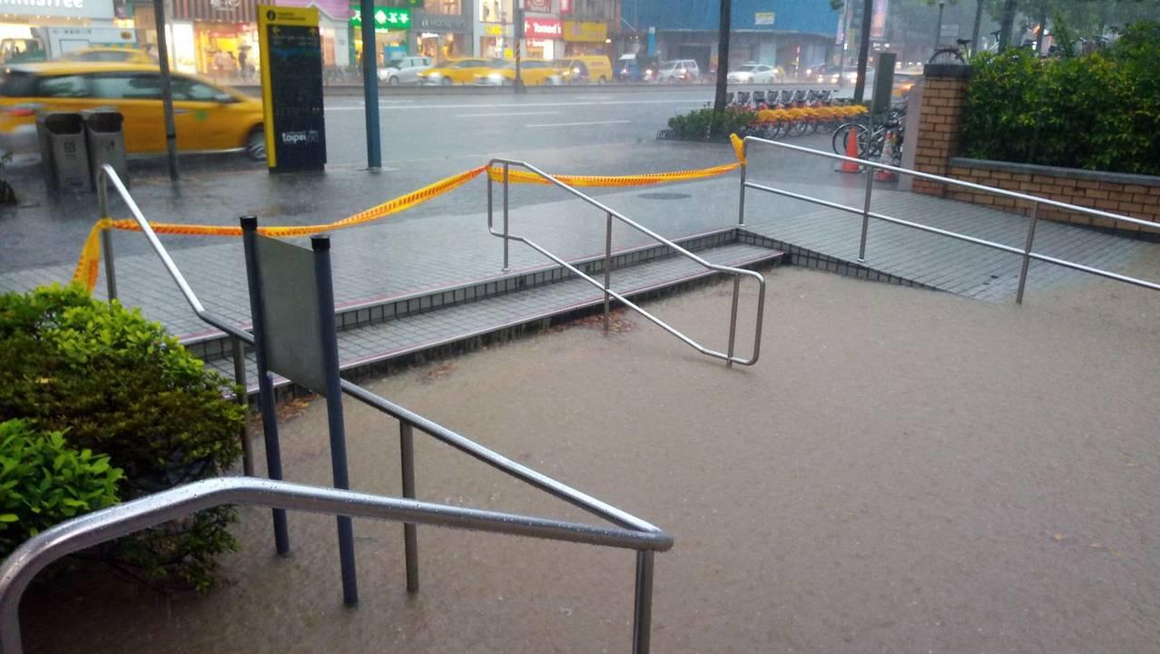 中央氣象局今發布大雨特報,台北市午後也下起暴雨,台北捷運公司表示,捷運公館站等4...