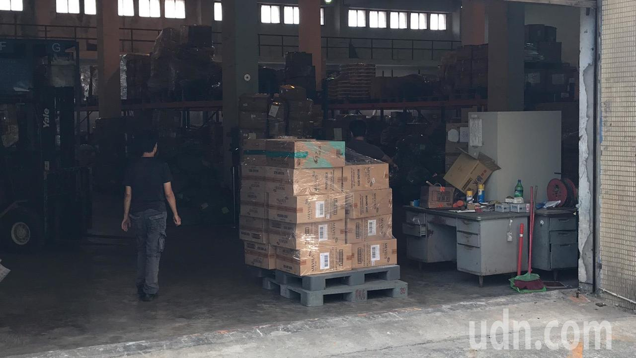 國安局官員涉嫌夾帶9800條香菸闖關入境,被海關查扣存放在私貨倉庫。圖/讀者提供