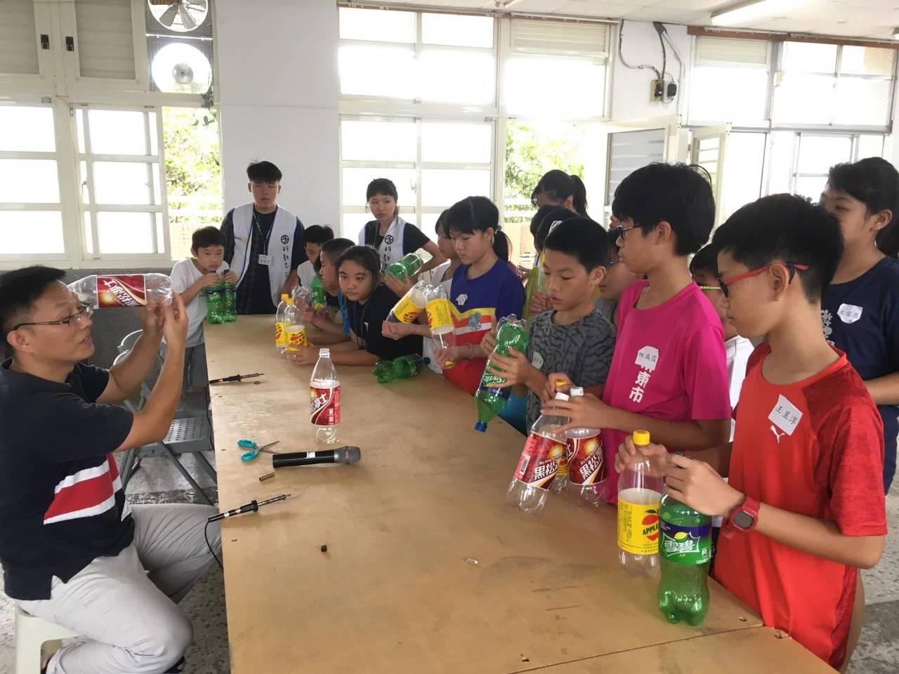 一項名為扶輪飛揚的科學營今天起至24日在屏東建國國小舉行,由老師指導小朋友製作各...