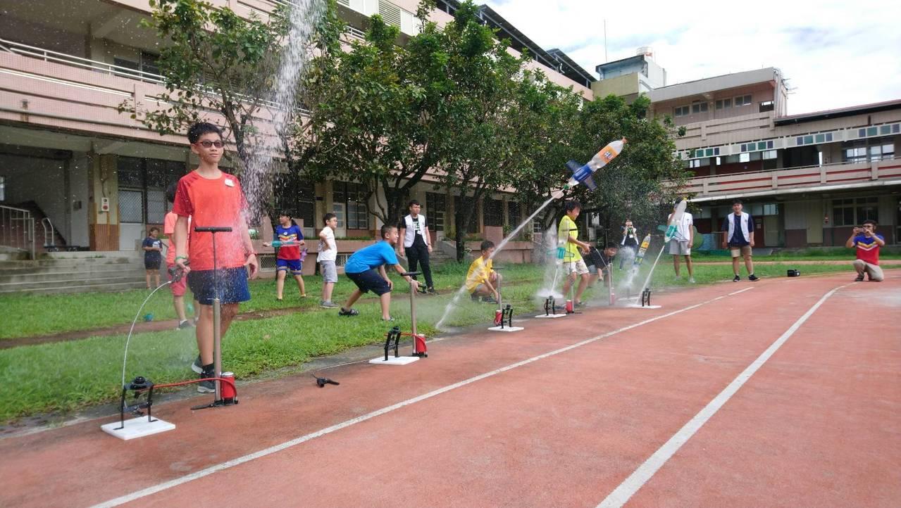 一項名為扶輪飛揚的科學營今天起至24日在屏東建國國小舉行,圖為小朋友製作的水火箭...