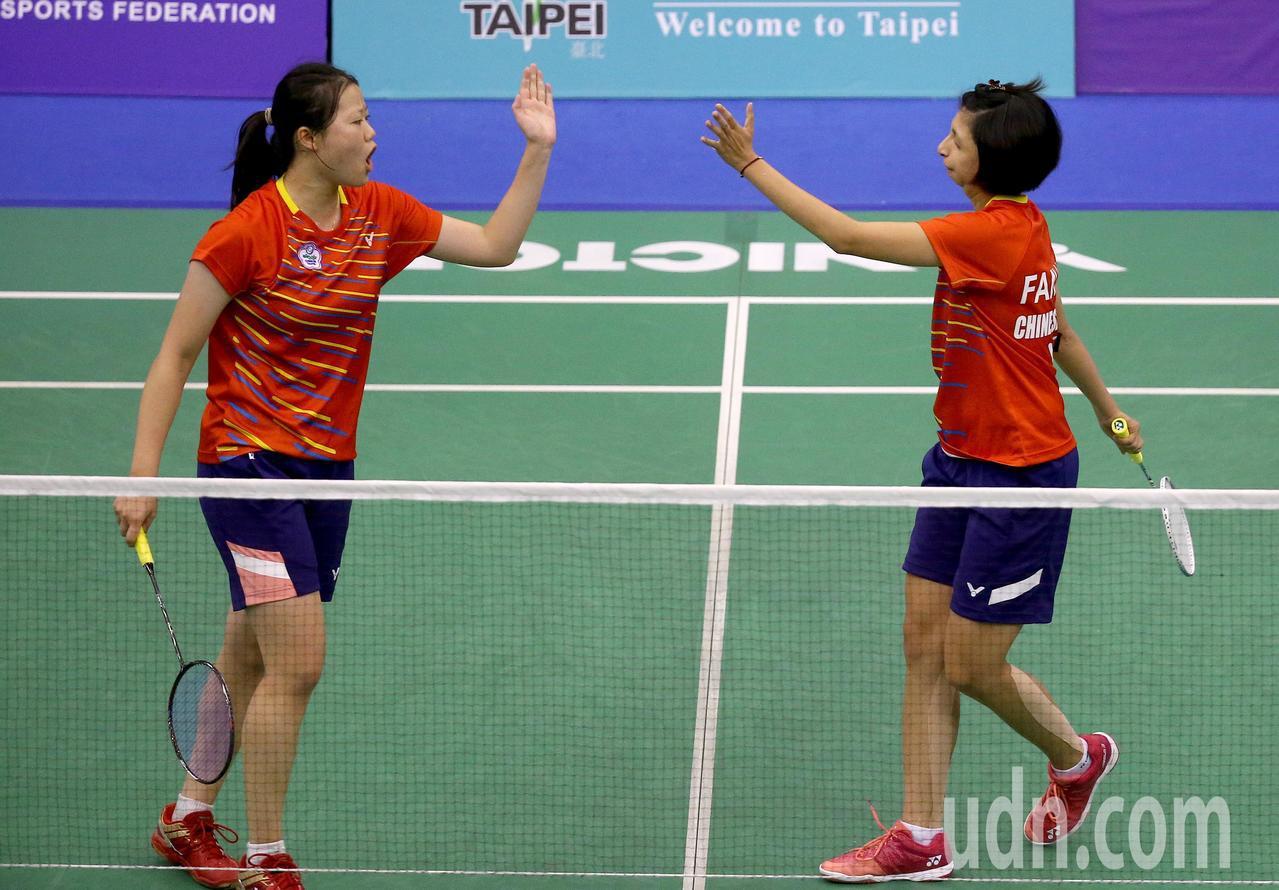 我國好手范榮玉(右)與沈彥汝(左)在世界聽障羽球錦標賽女雙冠軍賽,以2比0擊敗俄...