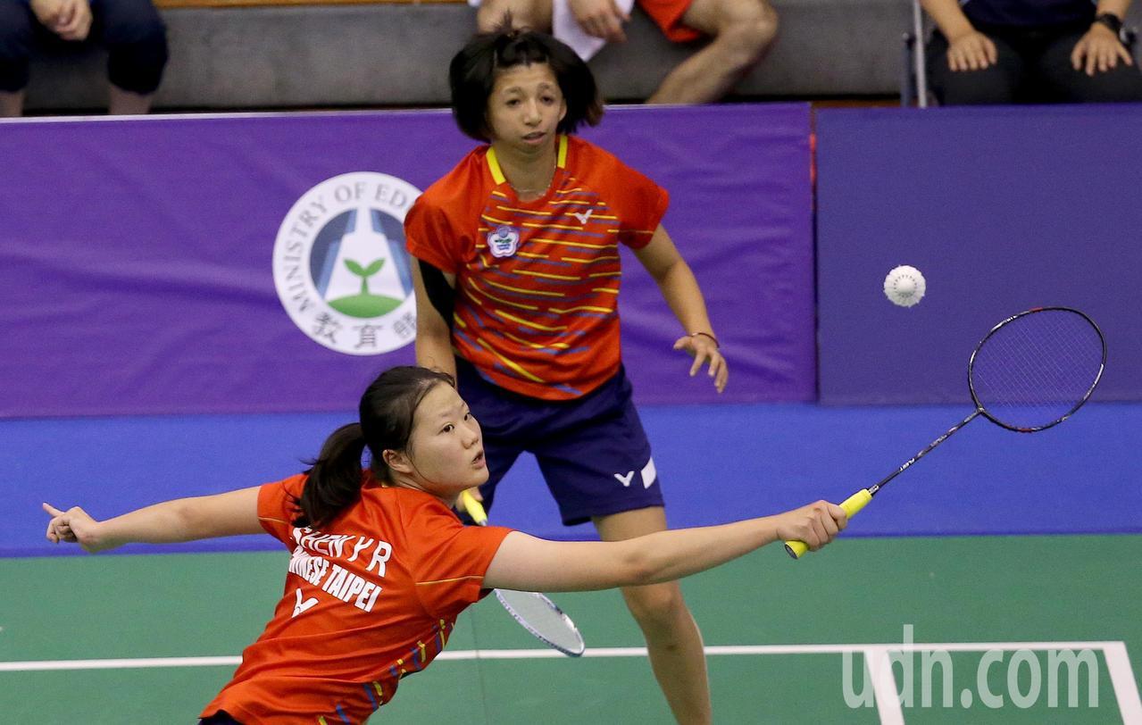 我國好手范榮玉(後)與沈彥汝(前)在世界聽障羽球錦標賽女雙冠軍賽,以2比0擊敗俄...