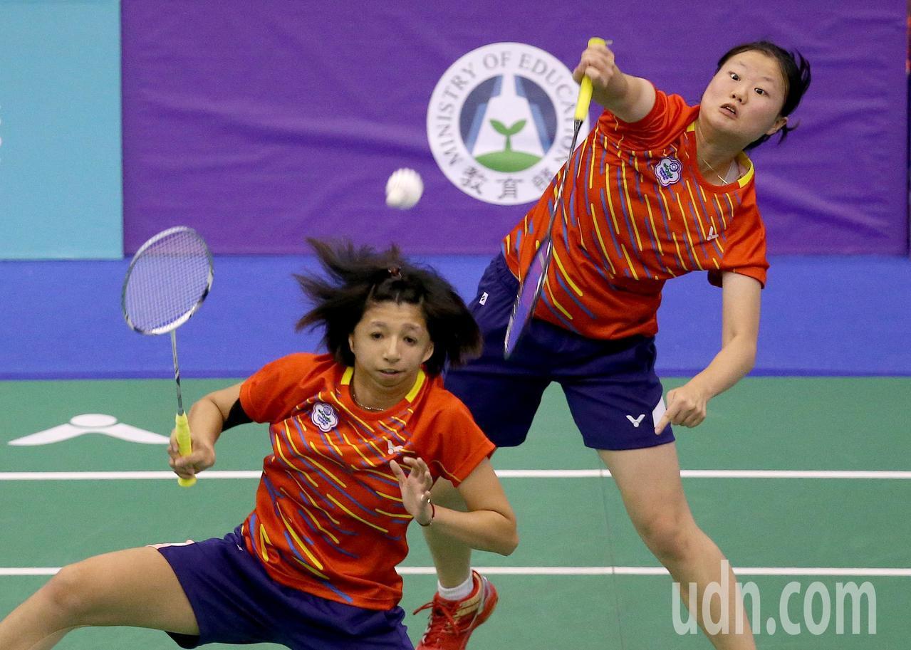 我國好手范榮玉(左)與沈彥汝(右)在世界聽障羽球錦標賽女雙冠軍賽,以2比0擊敗俄...