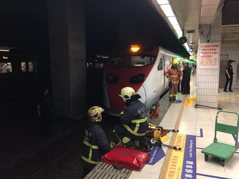 板橋車站上午傳出女子墜落鐵軌遭普悠瑪號撞上的事故,警方稍早調閱監視畫面後,證實女子為自行跳下。記者柯毓庭/翻攝