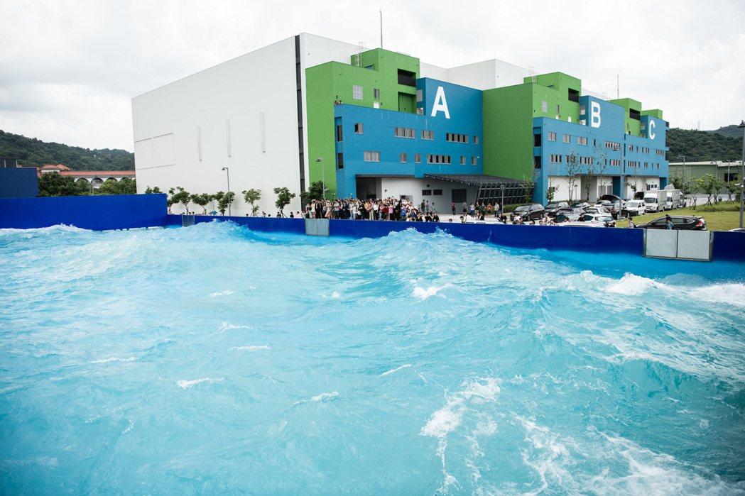 「水特效拍攝基地」除保留李安的「少年Pi造浪池」,並增建專為水底拍攝設計「7米深...