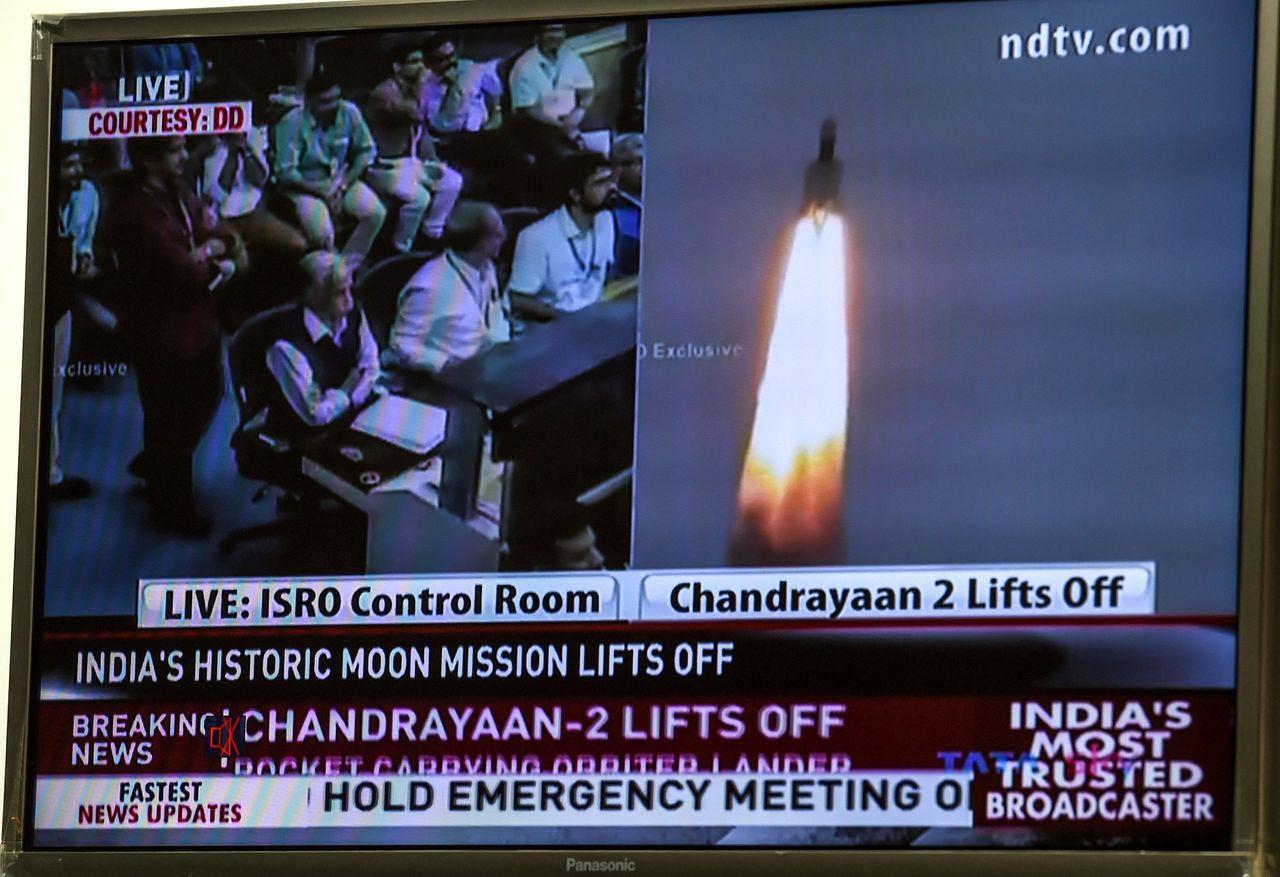 印度新德里電視台實況轉播畫面,顯示印度登月太空船「月球飛船二號」22日發射升空。...