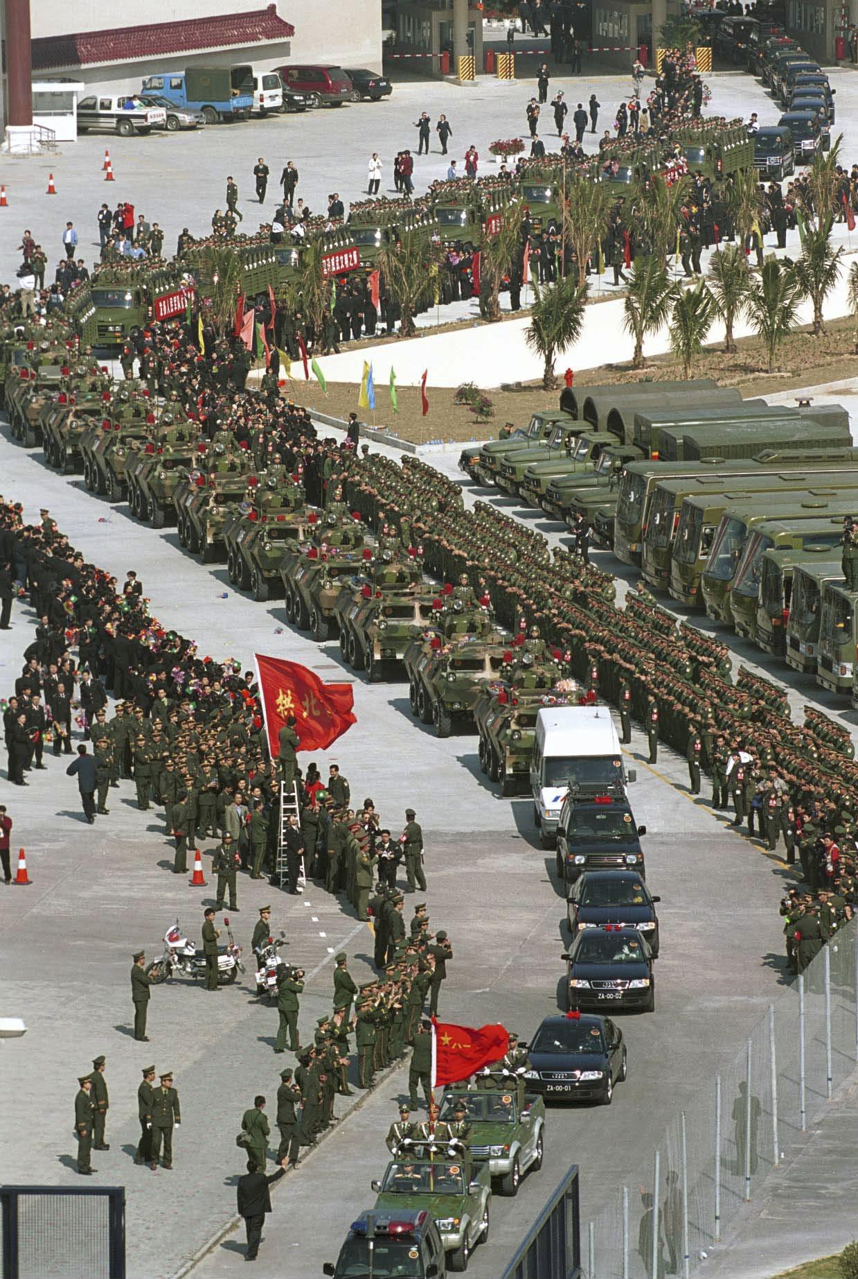 解放軍在湛江舉行反恐演習,被認為針對香港。圖為1999年12月20日中午12時,...