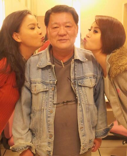 導演林鷹(中)受到演員愛戴,左右分別為岳虹、李亮瑾。圖/摘自臉書