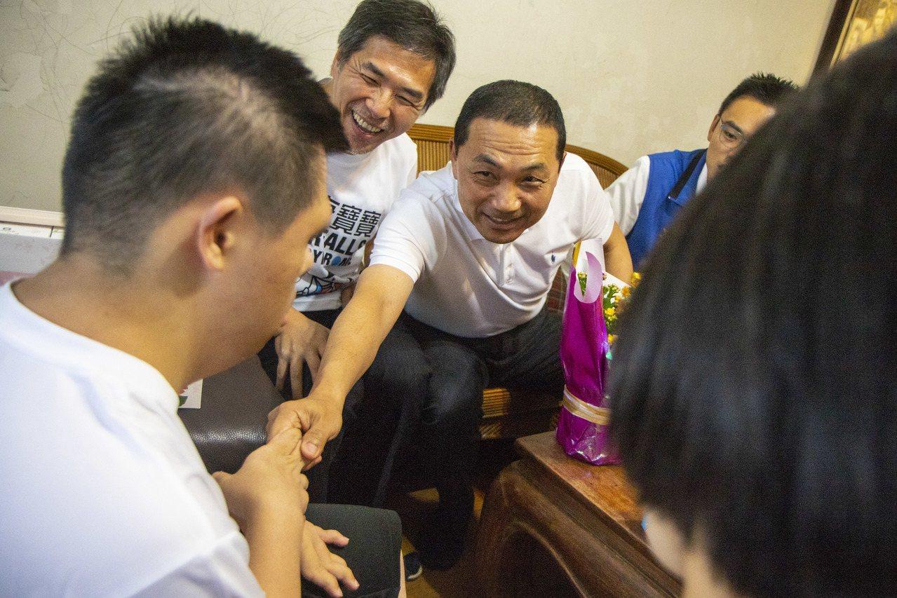 新北市長侯友宜(右起)今向新北市模範父親之一的楊文雄道賀。記者王敏旭/攝影