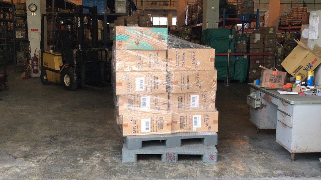 國安局官員涉嫌夾帶9千多條香菸闖關入境,被海關查扣存放在私貨倉庫。 (讀者提供)