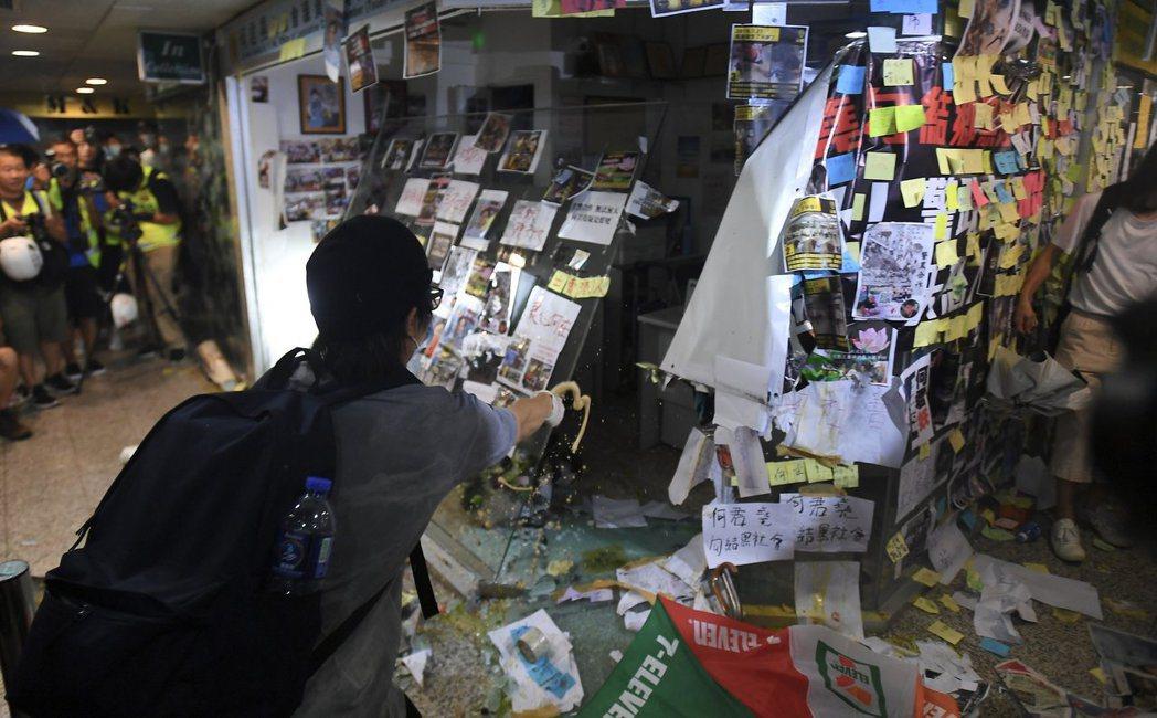 香港特區立法會議員何君堯位於荃灣荃豐中心的辦公室被示威者包圍破壞,辦公室外玻璃窗...