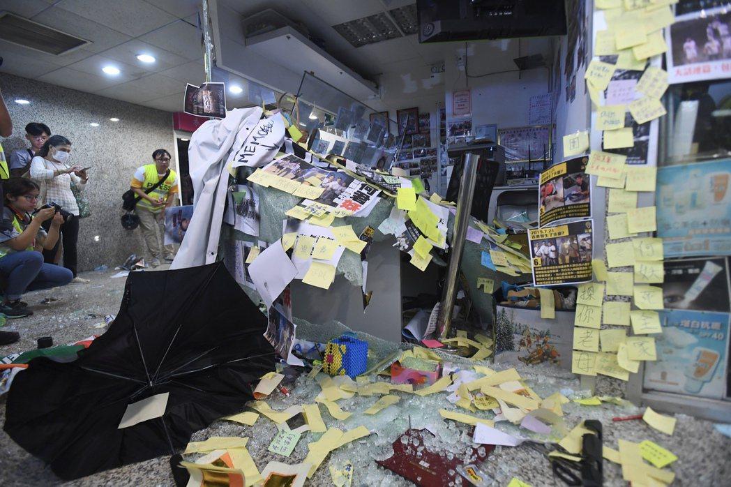何君堯被懷疑與黑道白衣人有關,其位於荃灣荃豐中心的辦公室被大批示威者破壞,辦公室...