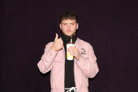「音樂唱玩家」巴茲Bazzi22日來台舉辦首次台北演唱會,開唱前先接受媒體聯訪,他笑稱自己是首次來台,之前在美國就曾喝過珍珠奶茶,覺得非常美味,這次來台才知道是台灣的飲料,覺得非常棒,大讚直呼「I ...
