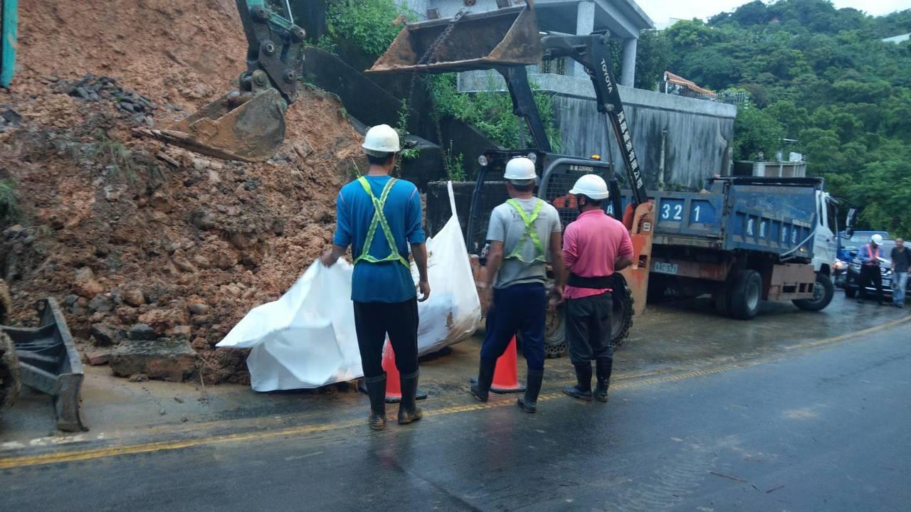 新店區華潭街因午後熱對流帶來的強大雨勢造成土石坍方並覆蓋一車道,影響單向車輛通行...