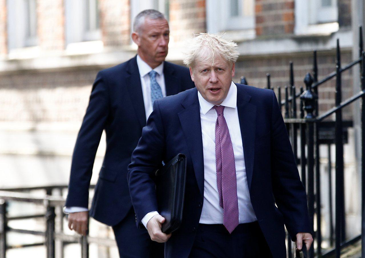 英國保守黨黨魁決選結果23日揭曉,前外相強生(右)料將勝出接任首相。(路透)