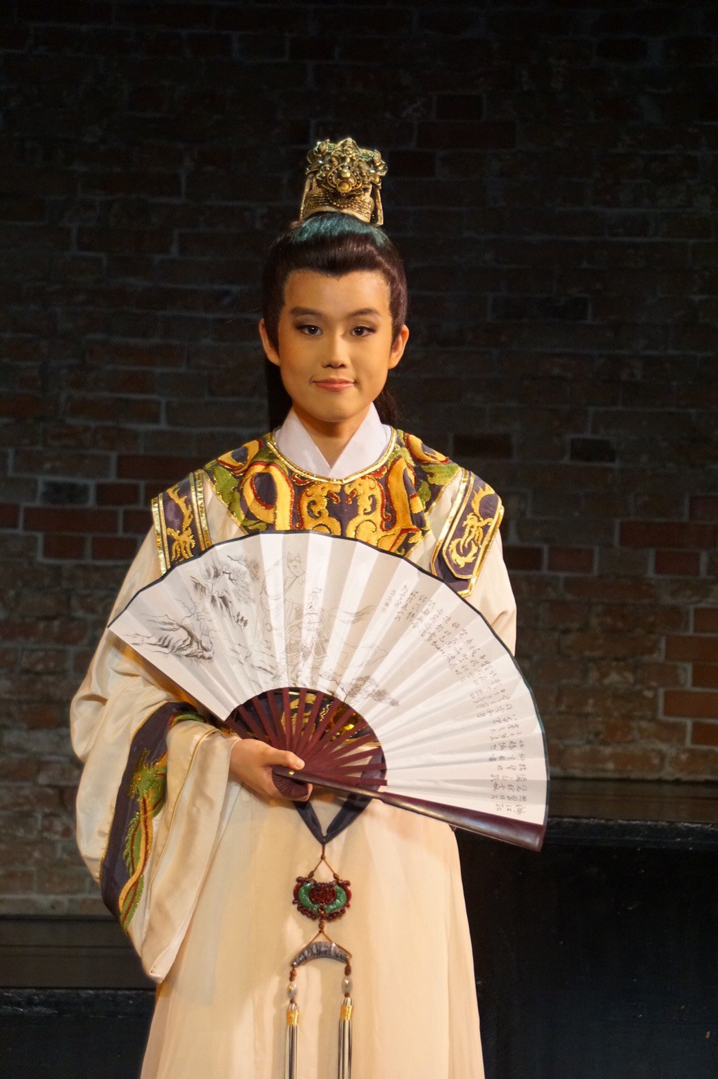 黃小妹裝扮成楊麗花歌仔戲造型頗有架式。圖/麗生百合提供