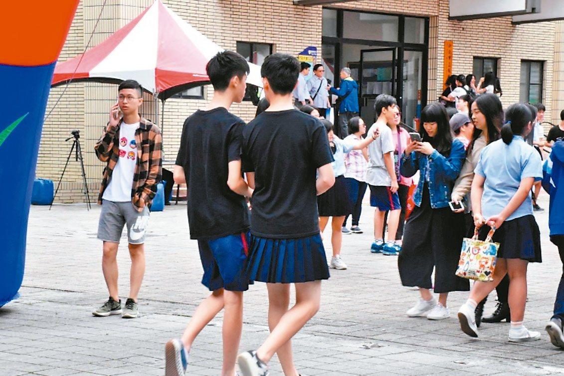 新北市板橋高中在校慶期間由學生會發起「板中男裙-裙聚效應」活動,引發各界討論。 ...