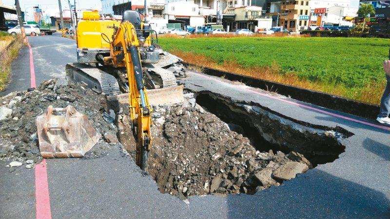 宜蘭市昨天沒有下雨,但位於中山路5段的巷道柏油路面突然塌陷,出現大坑洞。記者戴永華/攝影
