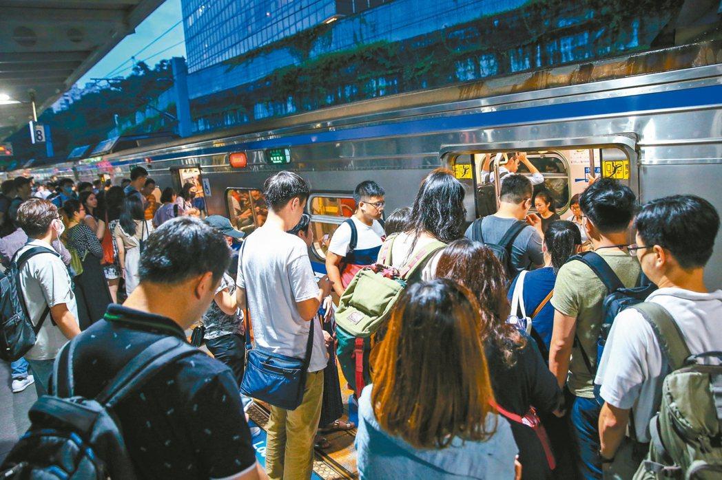 台鐵月台雖畫有排隊線,卻不見依序排隊,列車到站,旅客全湧到車門前。 記者王騰毅/...