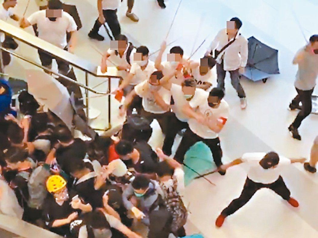 廿一日深夜,香港元朗地區出現大批白衣人暴打身穿黑衣的民眾和媒體記者,造成四十五人...