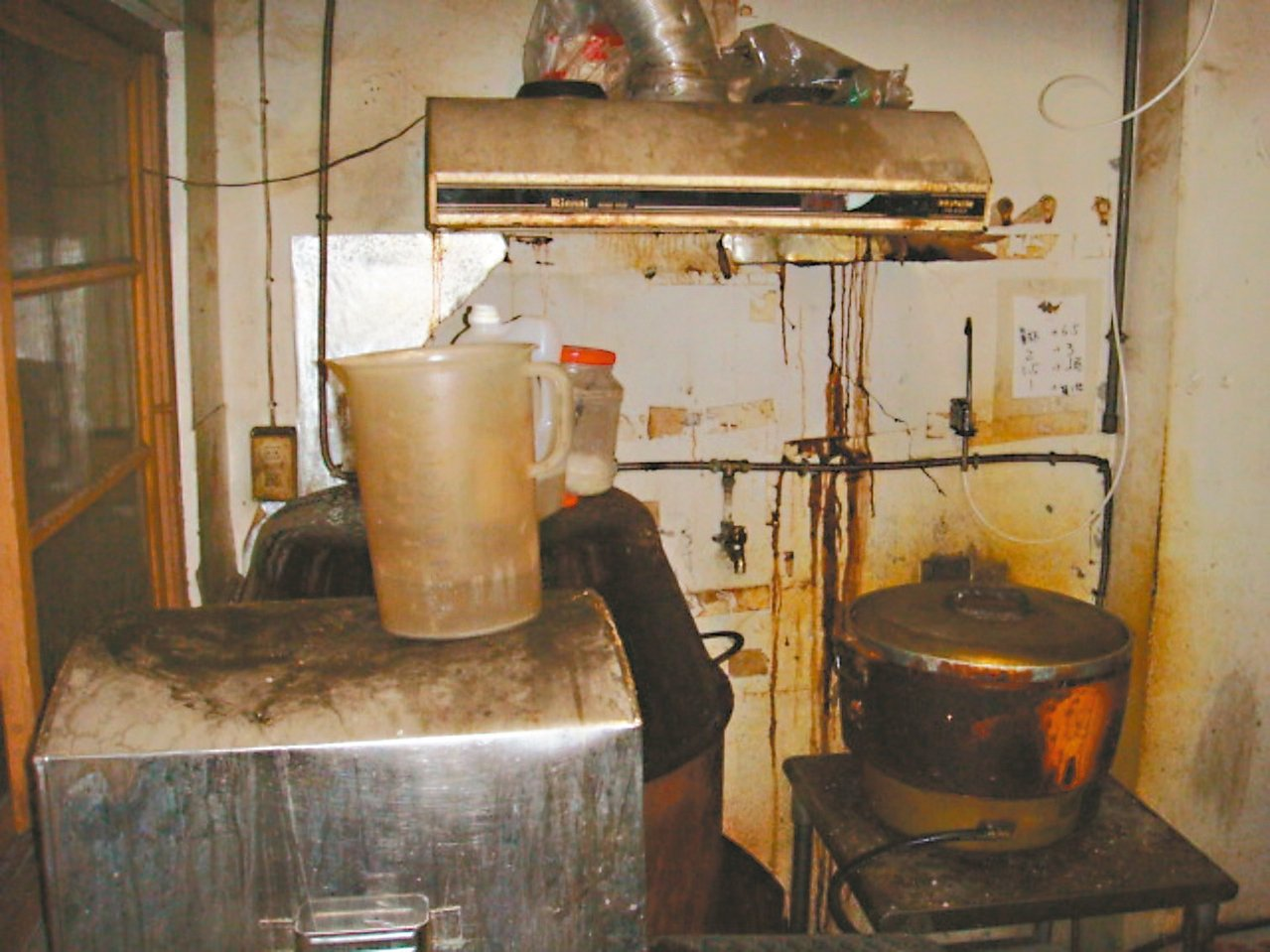 行政院消保處首度抽查國內線上送餐餐飲業者,發現不合格率達八成,廚房大量蟑螂亂竄。...