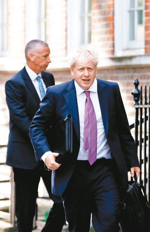 英國保守黨黨魁決選結果廿三日揭曉,前外相強生(右)料將勝出接任首相。 (路透)