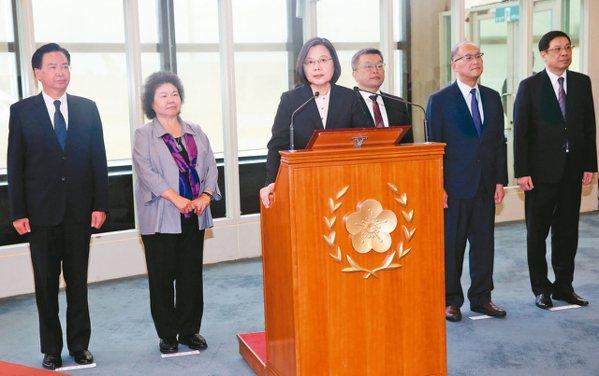 蔡英文總統(左三)昨天結束十二天出訪返台,在機場發表談話。 記者陳嘉寧/攝影